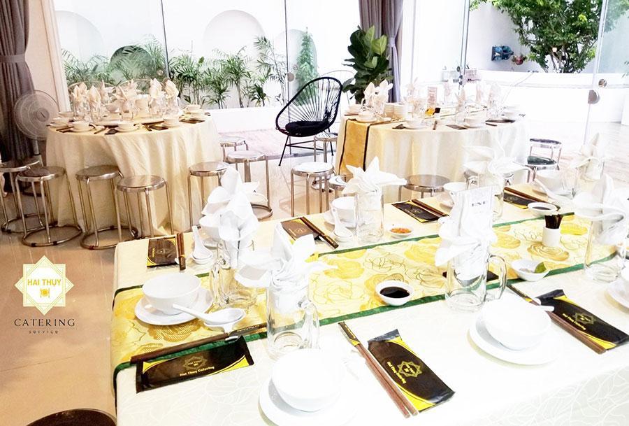 Đặt 1 bàn tiệc cho 10 người vô cùng đơn giản cùng Hai Thụy Catering